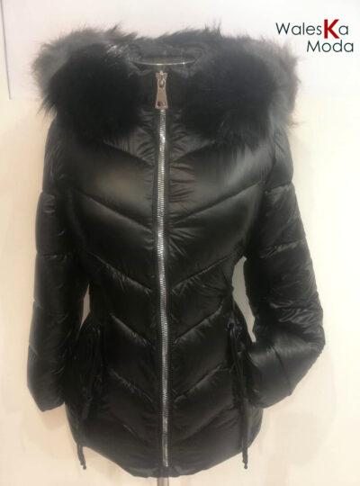 Chaquetón brillante negro con capucha 711